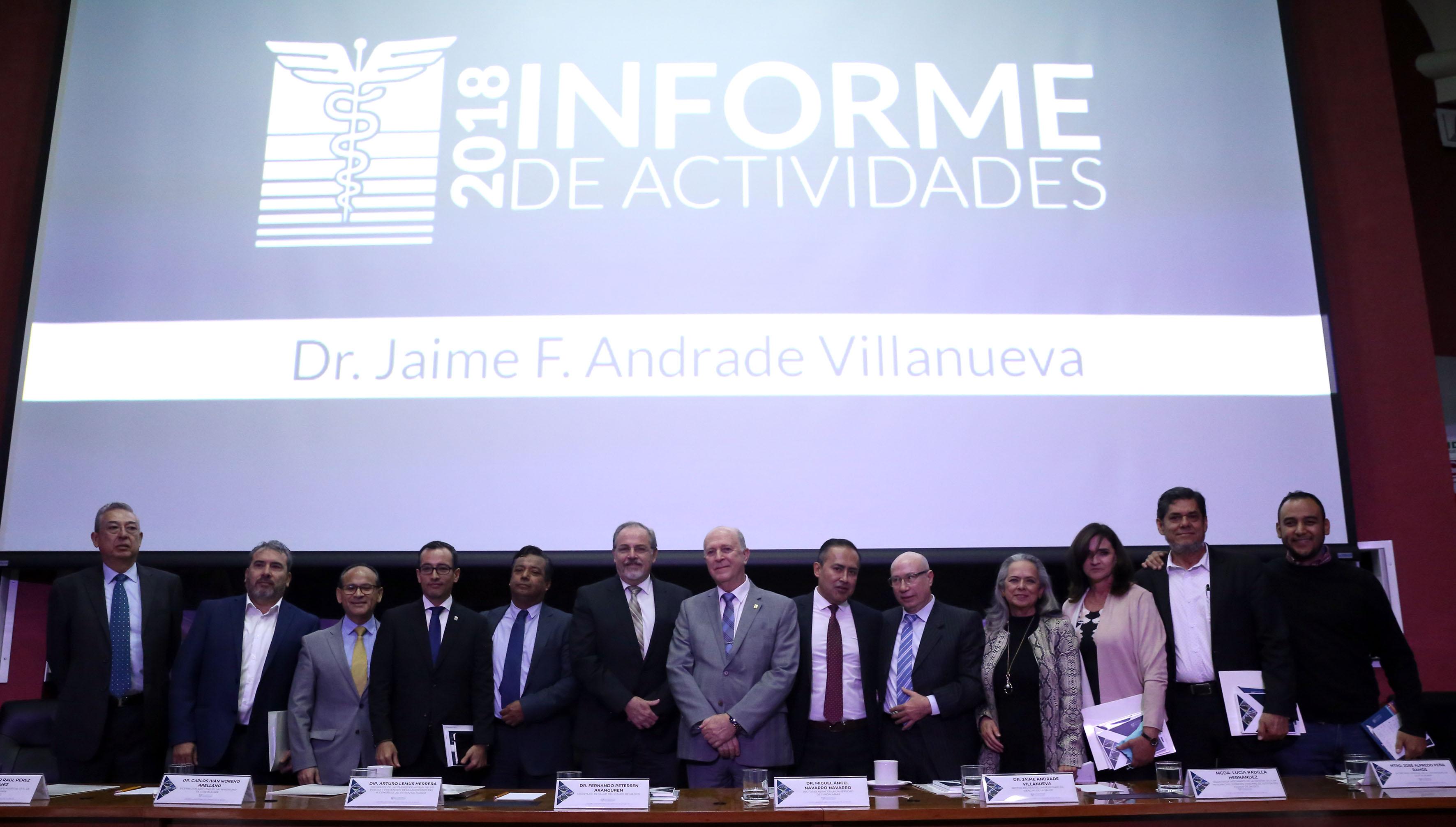 Vista general de los miembros del presídium, al fondo la imagen del Informe del Actividades