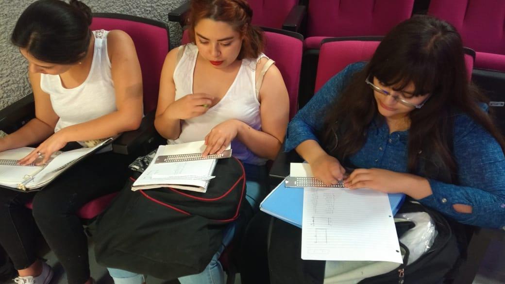 Alumnas realizando práctica de braille