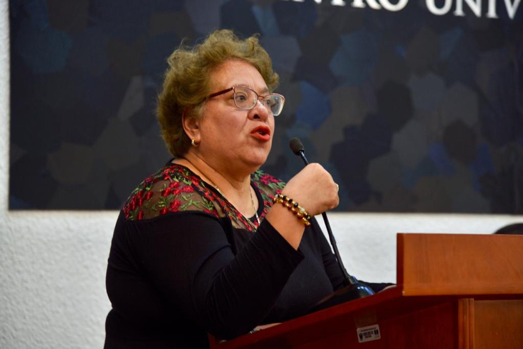 Dra. Rosa María Moctezuma ofreciendo mensaje en el pódium