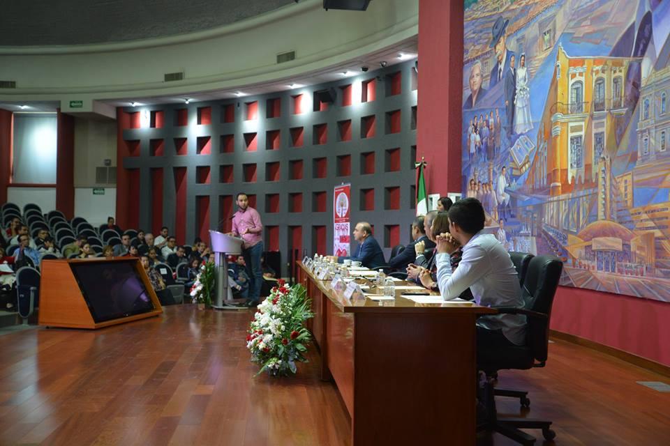 Presidente de la FEU en el podio