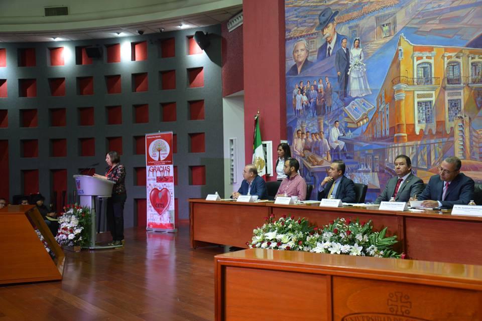 Dr. Lupita Becerra en el podio