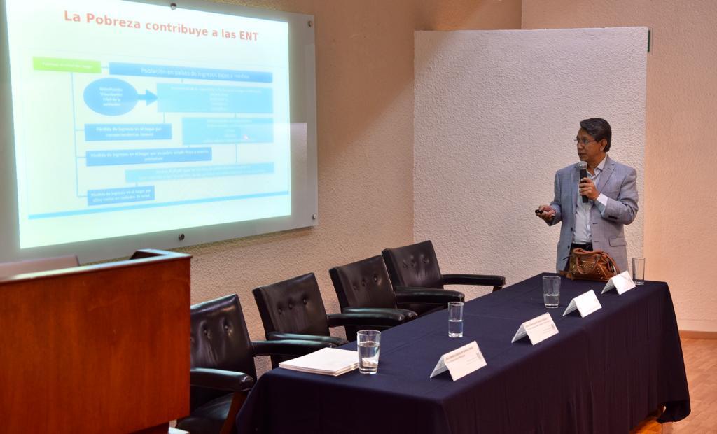 Dr. Noé Alfaro impartiendo conferencia, toma desde lo alto del auditorio