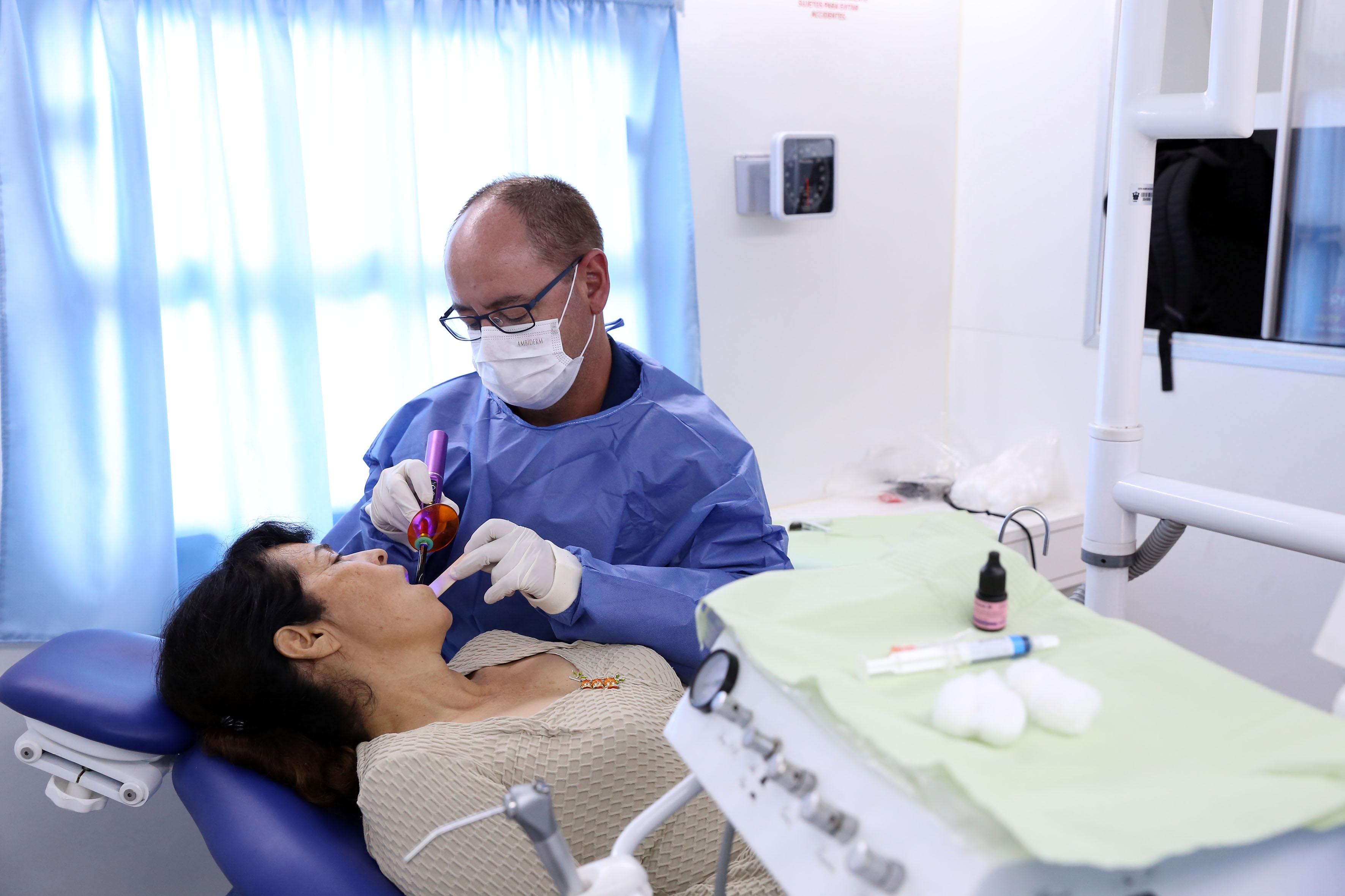 Odontólogo revisando a paciente