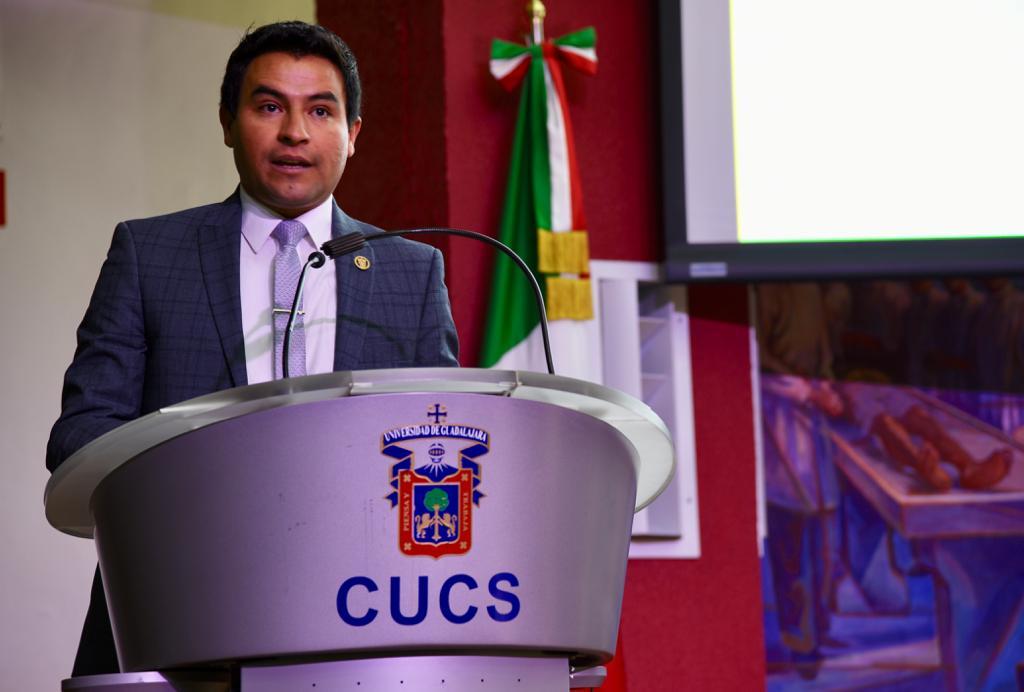Mtro. Isaac Murisi Pedroza ofreciendo mensaje desde el pódium