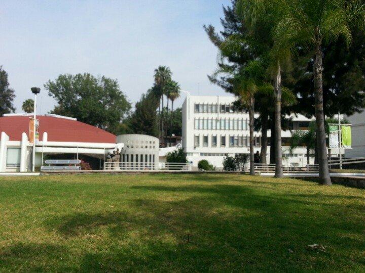 Vista externa del Auditorio Mendiola Orta y del edificio antiguo de Medicina