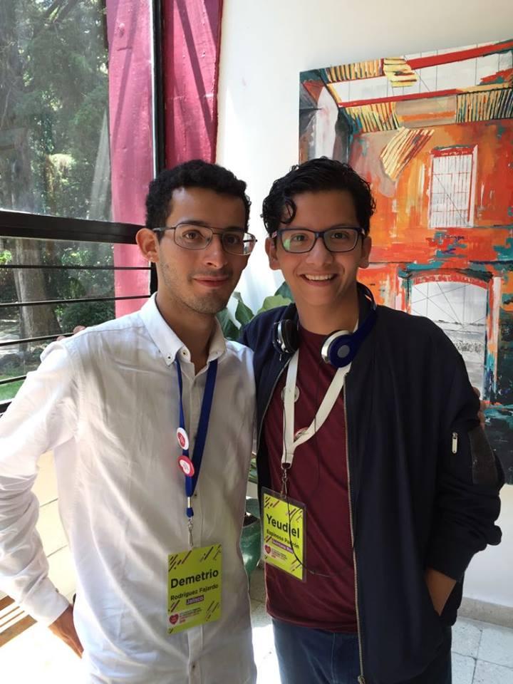 alumno con compañero de debate