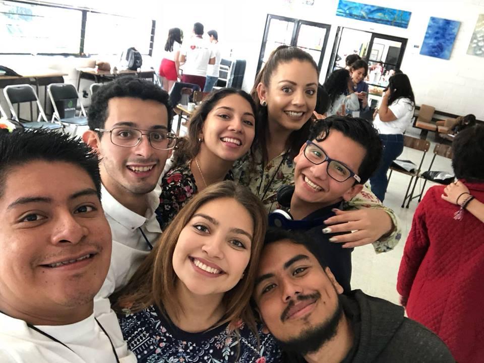 alumno con compañeros