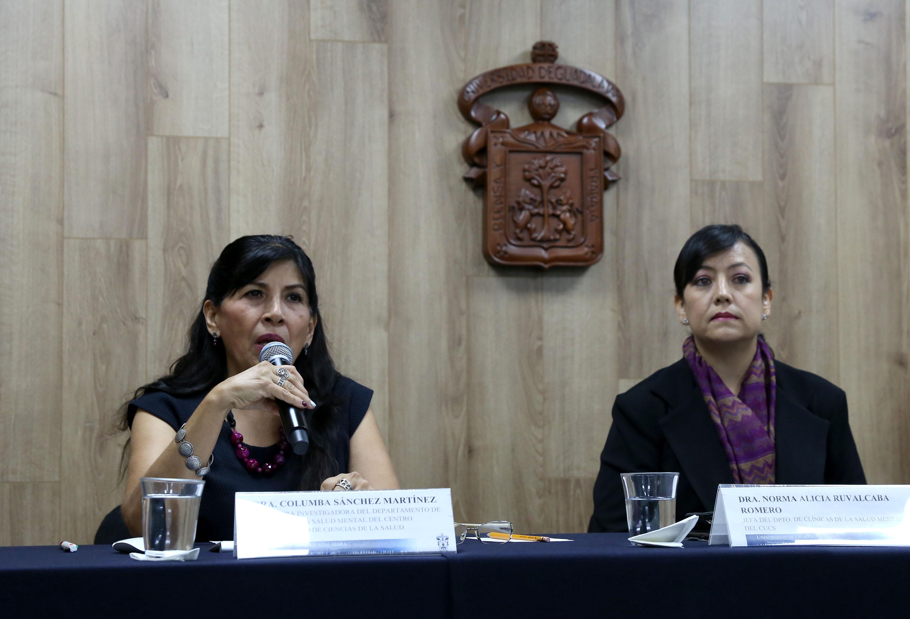 Presídium de rueda de prensa. Al micrófono la Dra. Columba Sánchez