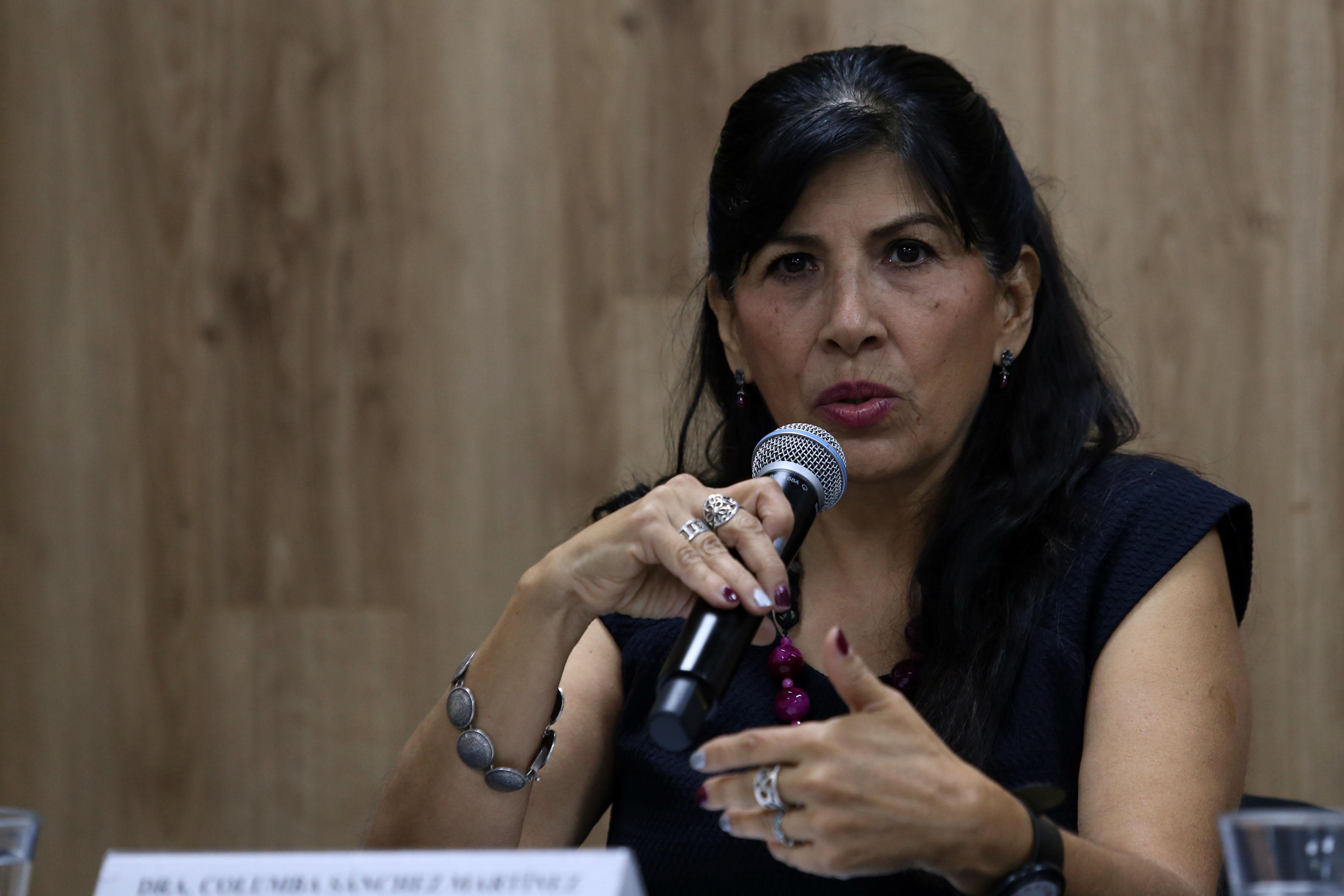 Dra. Columba Sánchez al micrófono