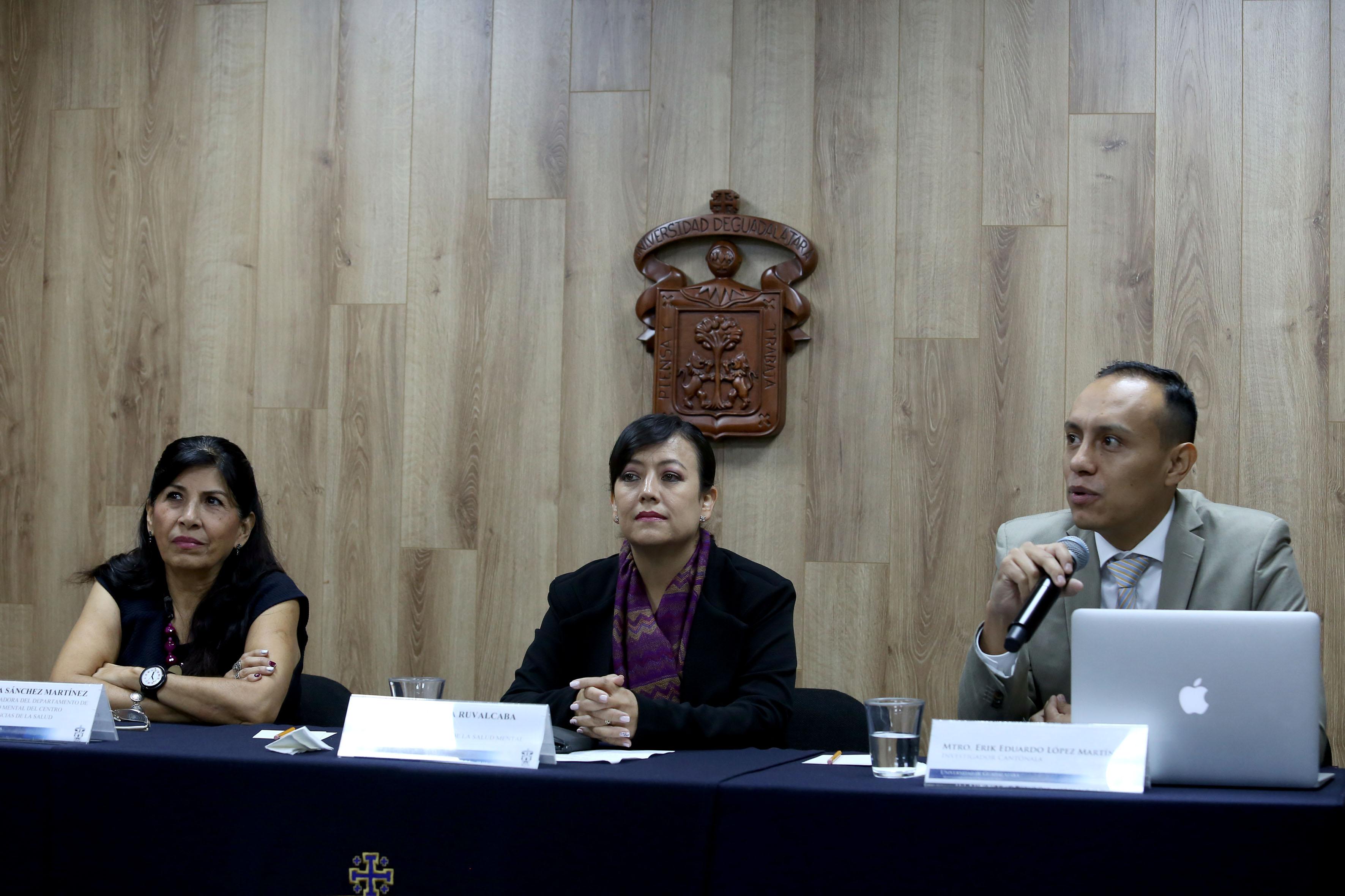 Presídium de rueda de prensa. Al micrófono el Dr. Erick López