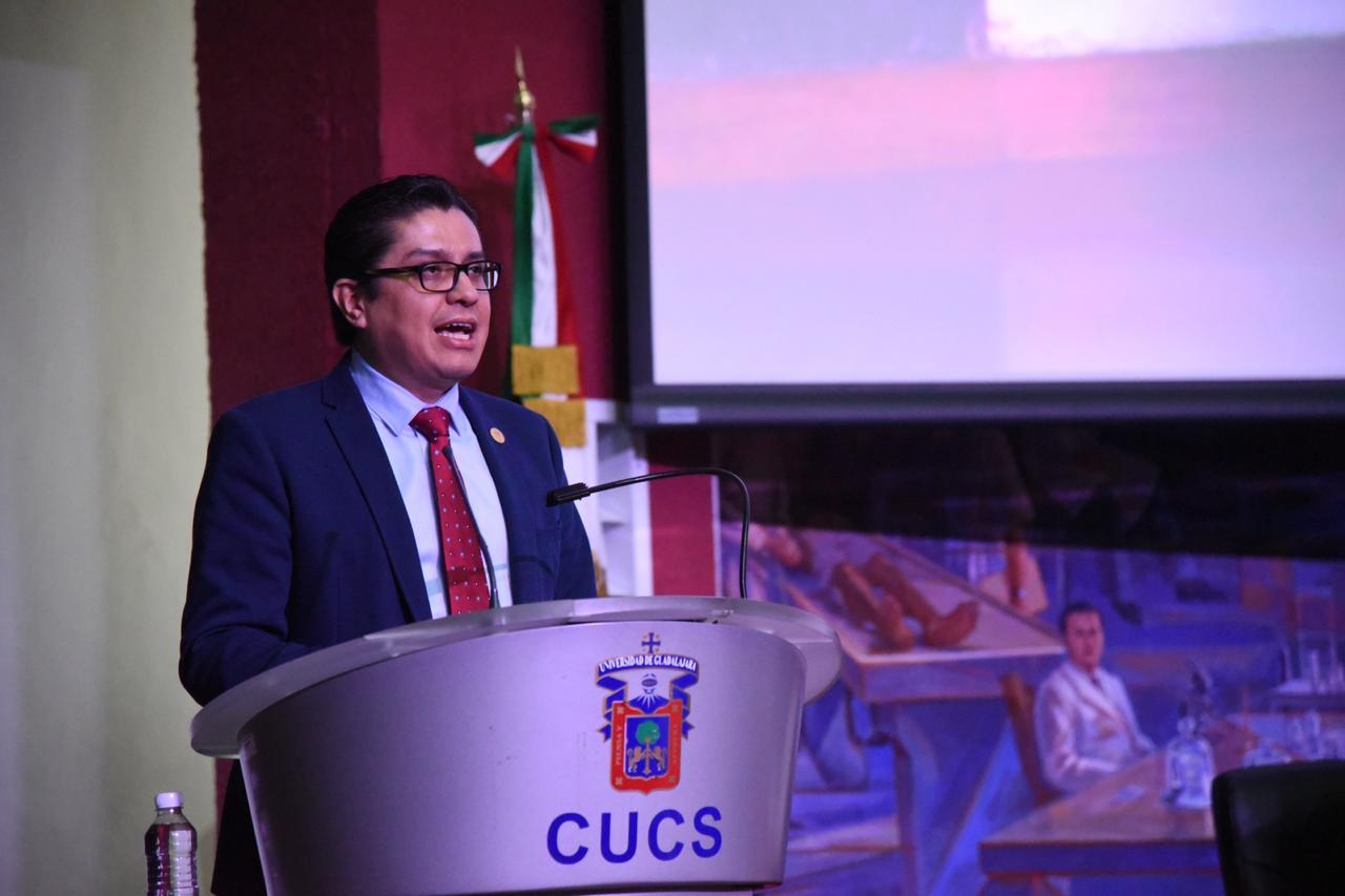 Rector del CUCS al micrófono inaugurando el evento