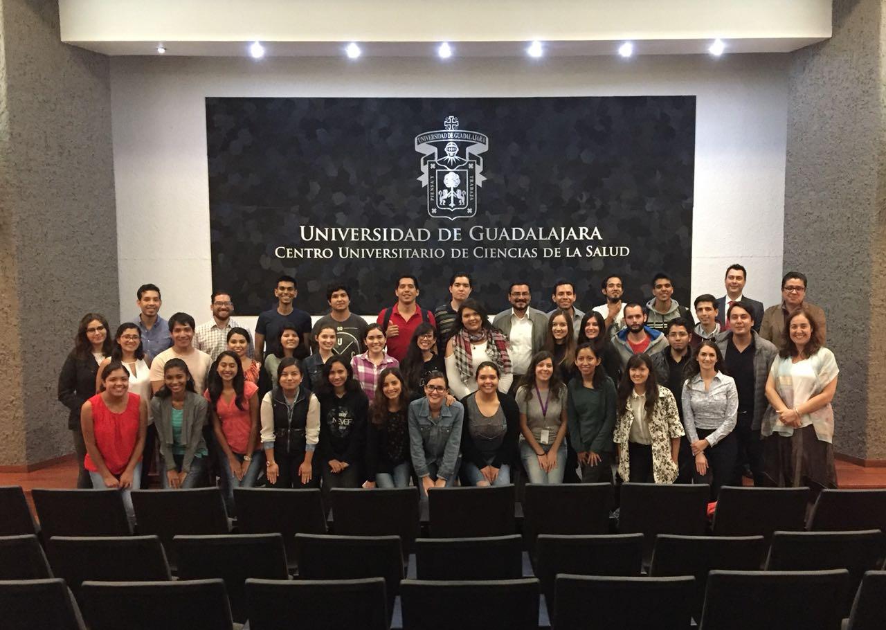 Foto grupal, alumnos e investigadores del CUCS