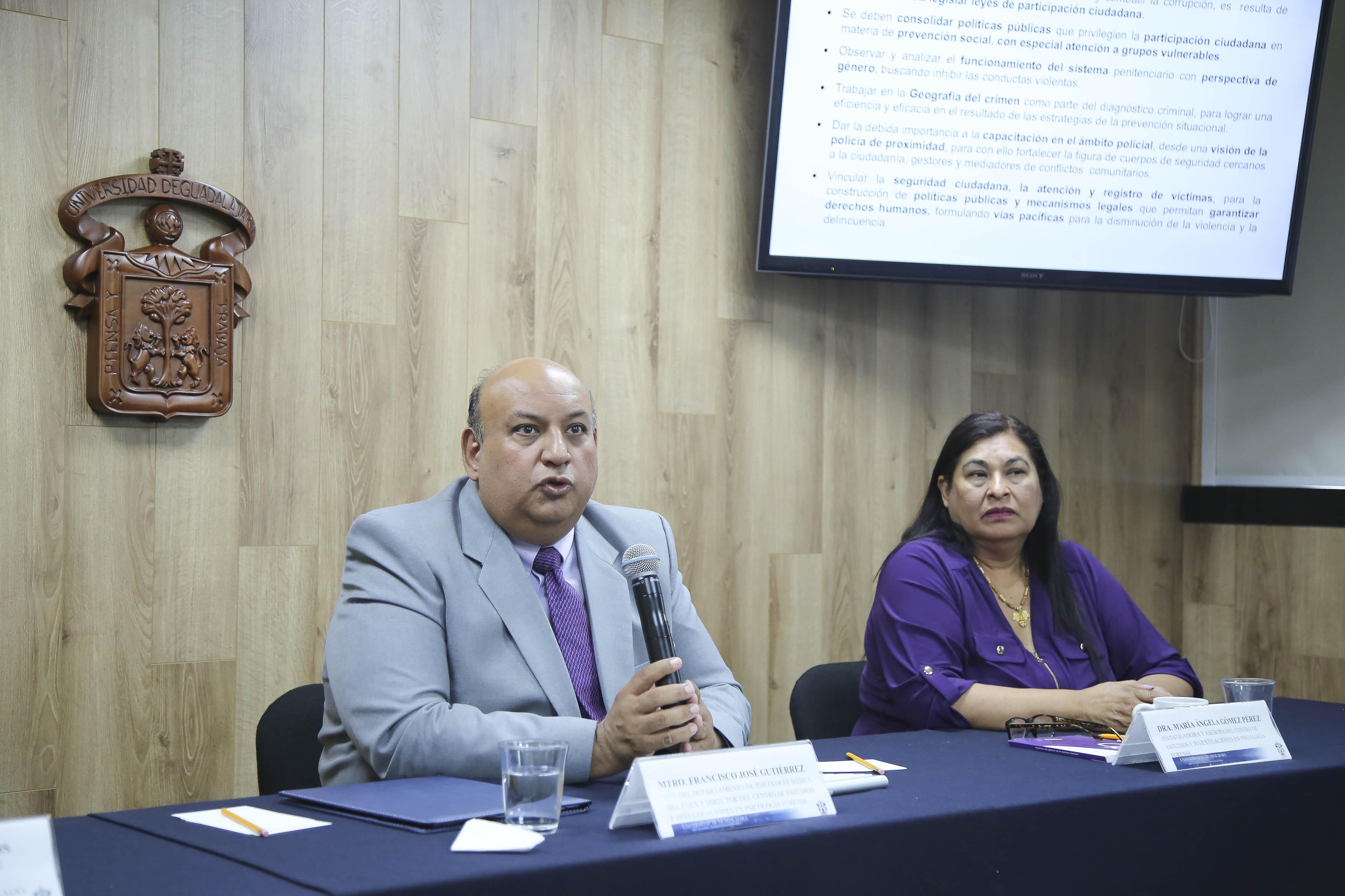 Al micrófono el Mtro. Francisco Gutiérrez Rodríguez