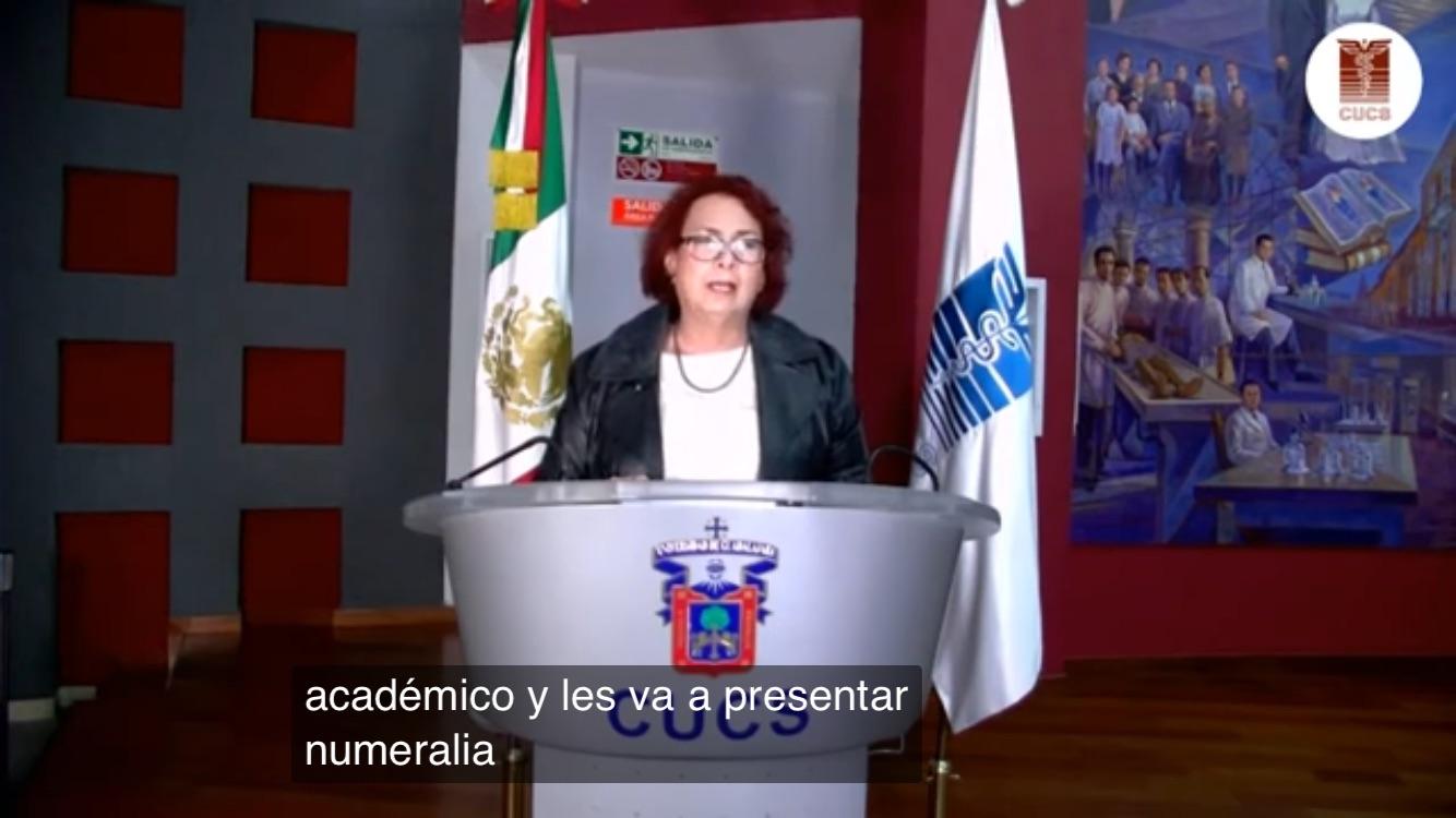 Coordinadora de Servicios Académicos dando información a nuevos alumnos