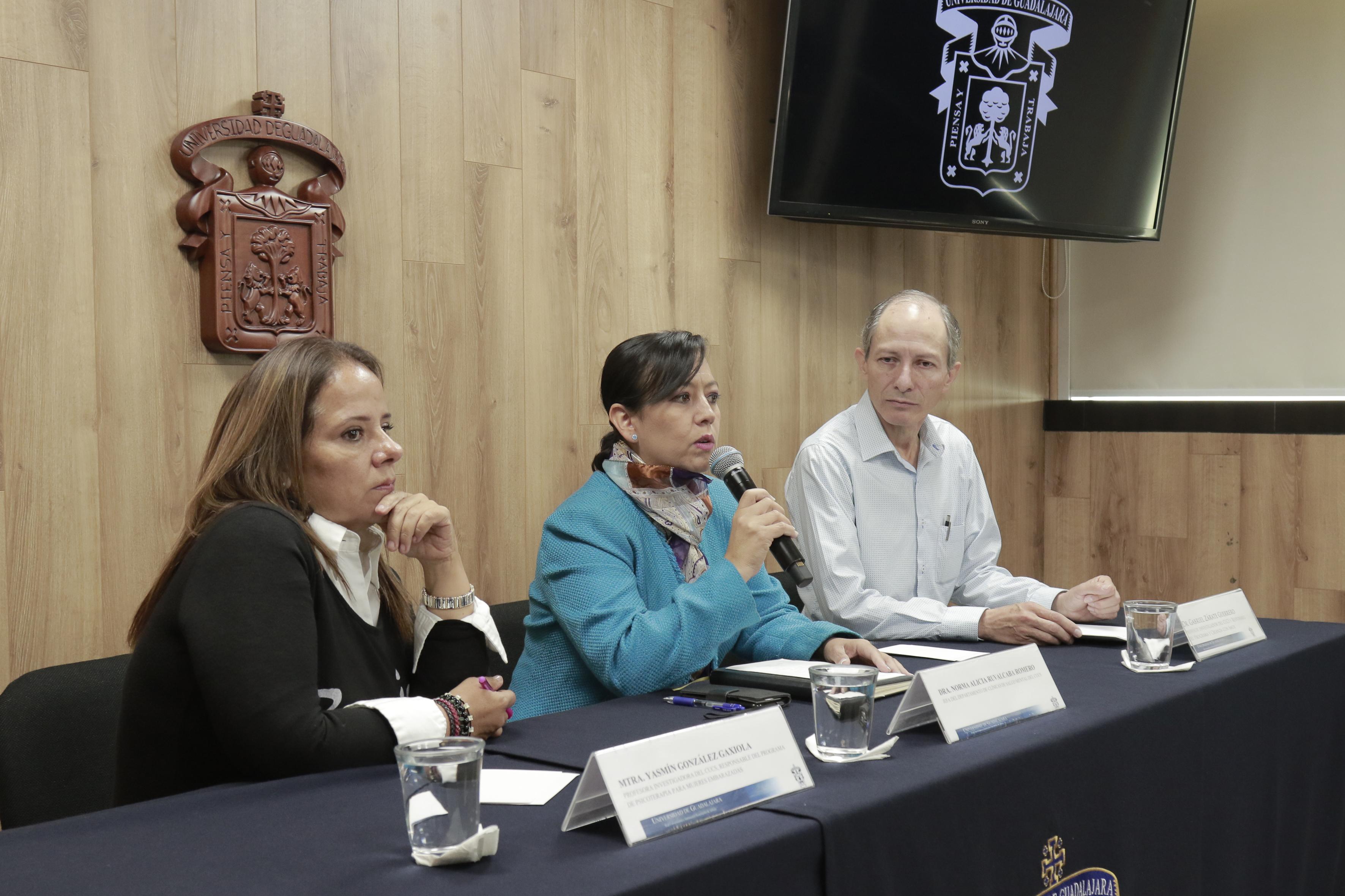 Hace uso de la palabra la Dra. Norma Alicia Ruvalcaba Romero, jefa del Departamento de Clínicas de Salud Mental, a su lado el Dr.Gabriel Zárate y la Mtra. Yasmín González, profesores investigadores del CUCS