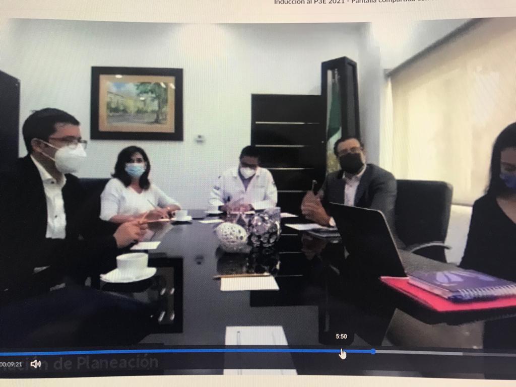 Sesión de trabajo presencial en la sala de juntas con directivos
