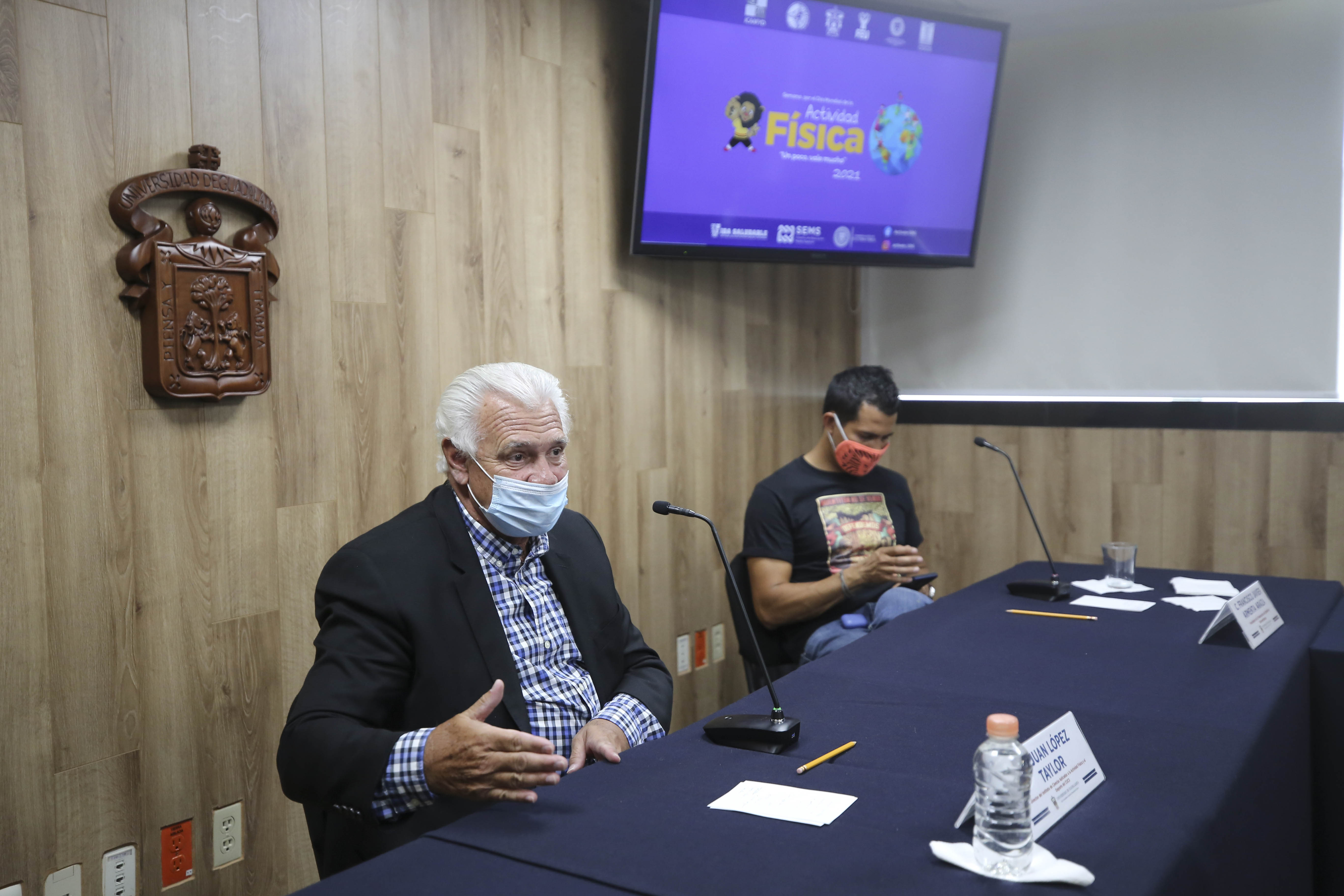 Dr. Juan López y Taylor al micrófono