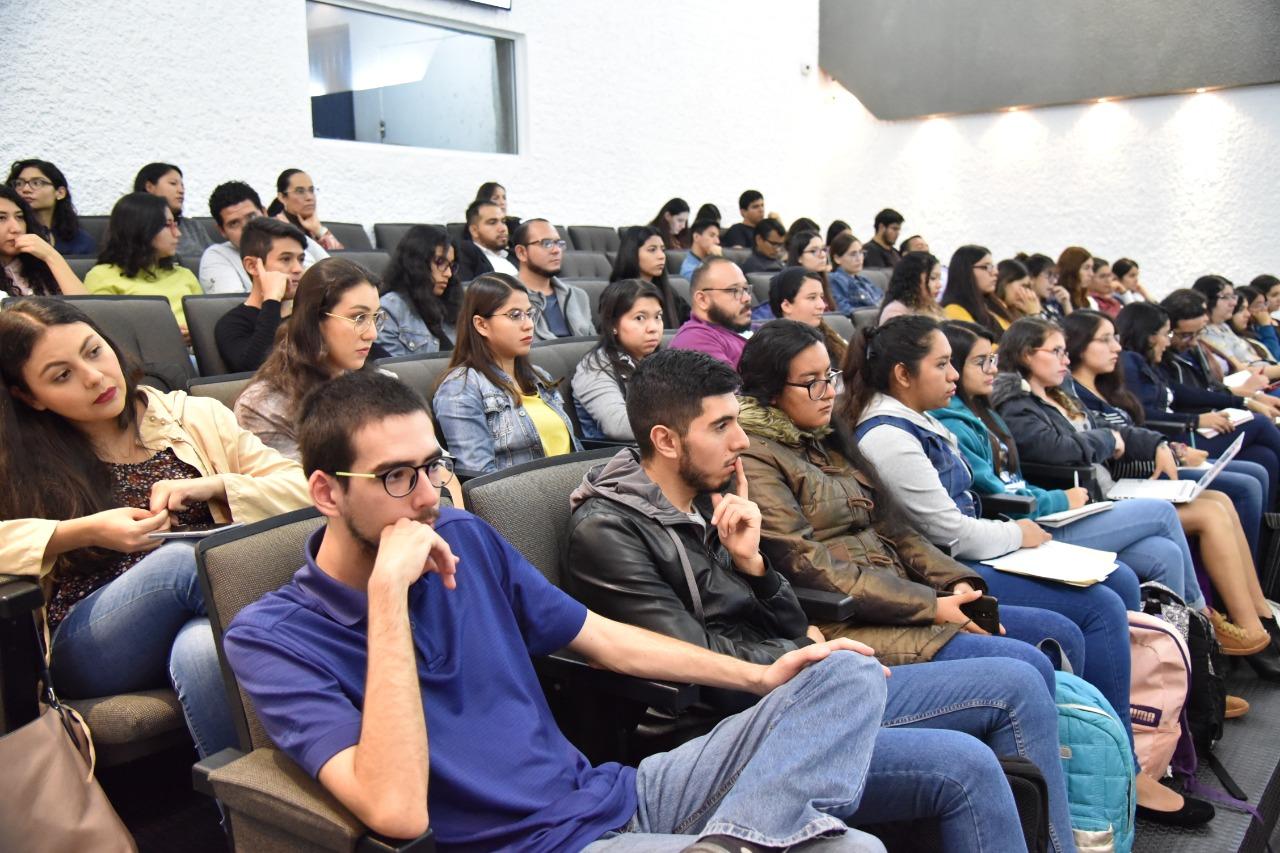 Vista del auditorio lleno de alumnos