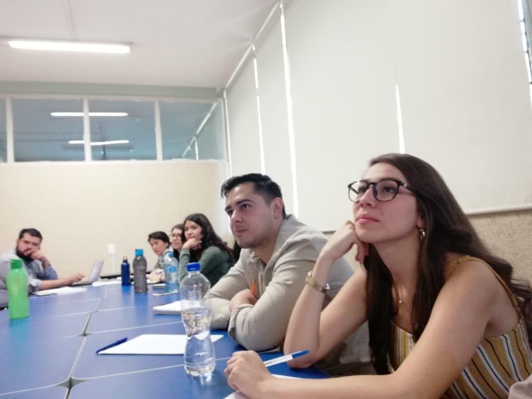 Asistentes al seminario escuchando atentos a los ponentes