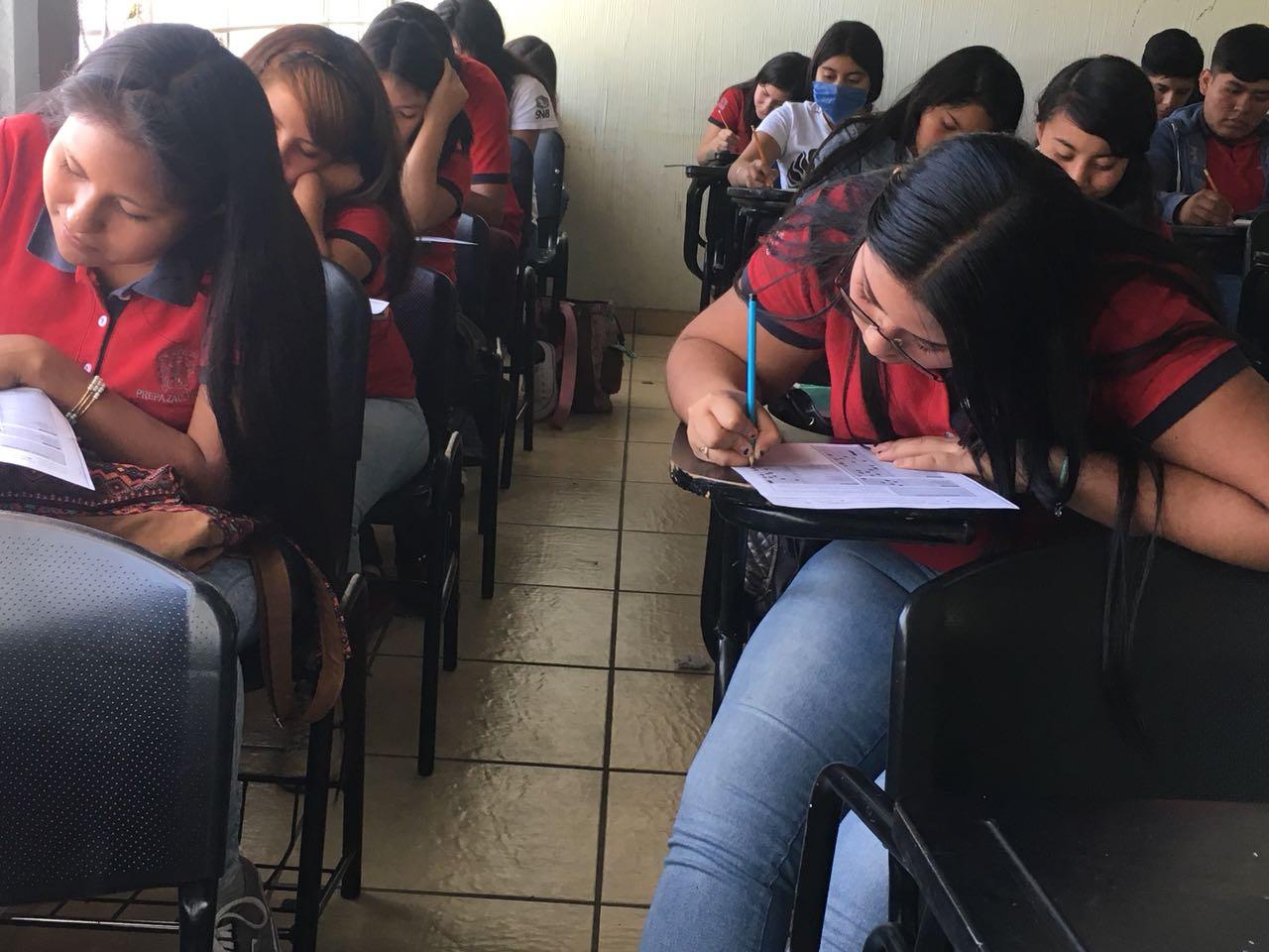 alumnos de prepa en su salón durante evaluación psicológica