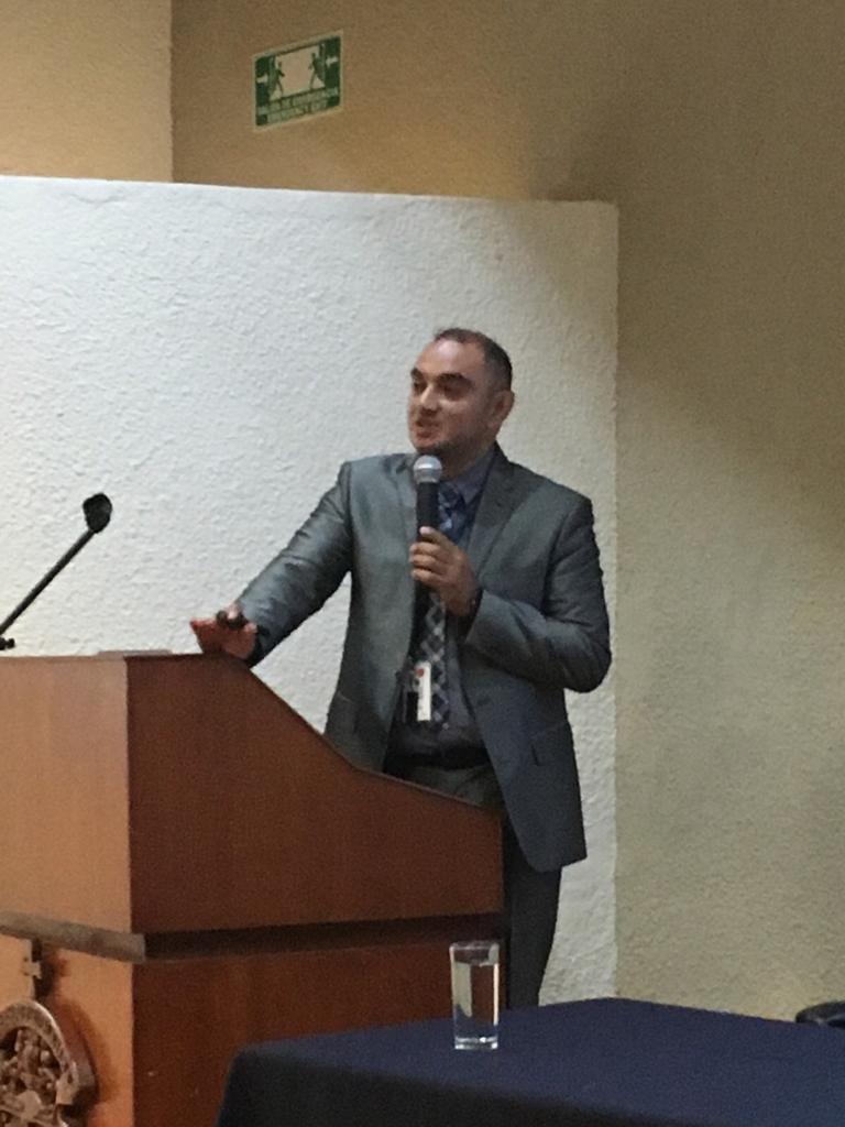 Funcionario de la SSJ impartiendo conferencia desde el pódium