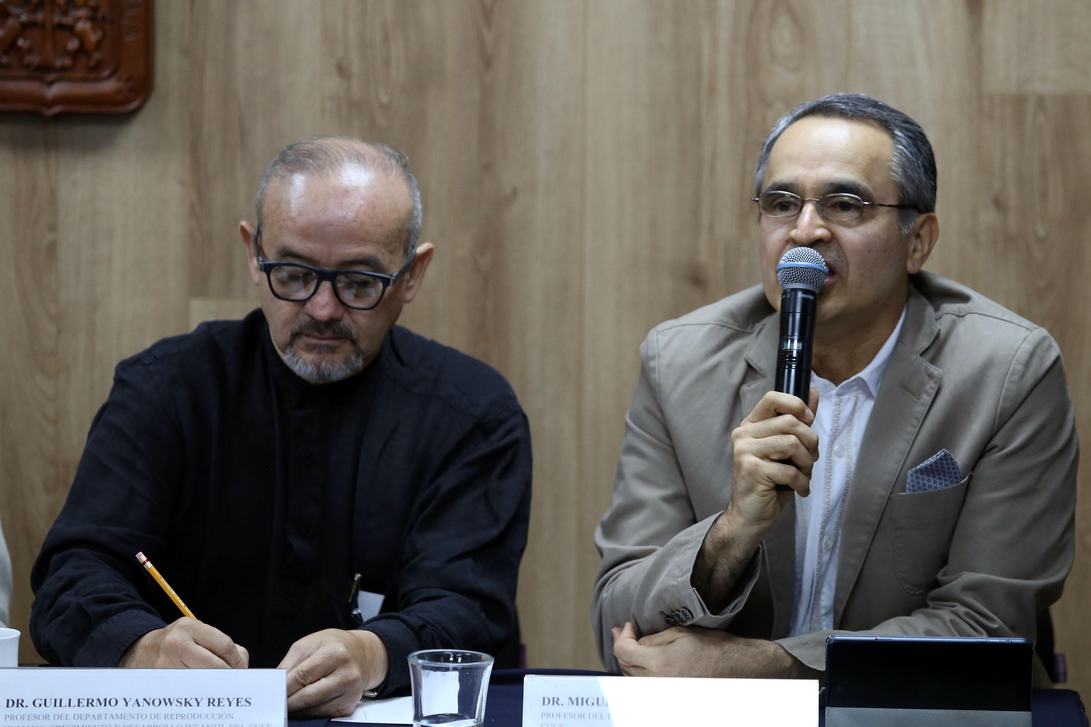 Dr. Miguel Ángel Buenrostro al micrófono en rueda de prensa, a su lado Dr. Guillermo Yanowky