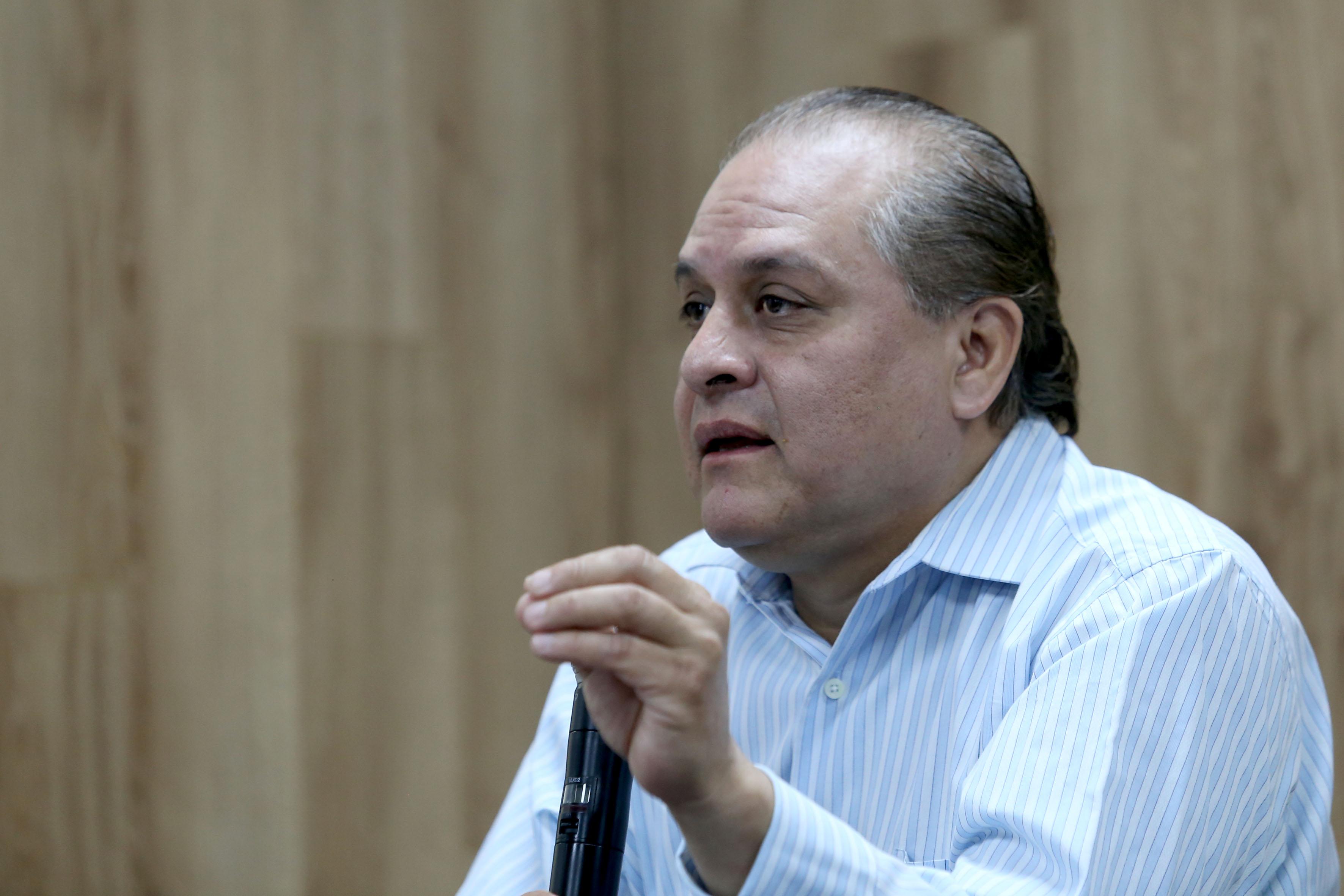 Dr. Hermes Ulises Ramírez al micrófono en rueda de prensa