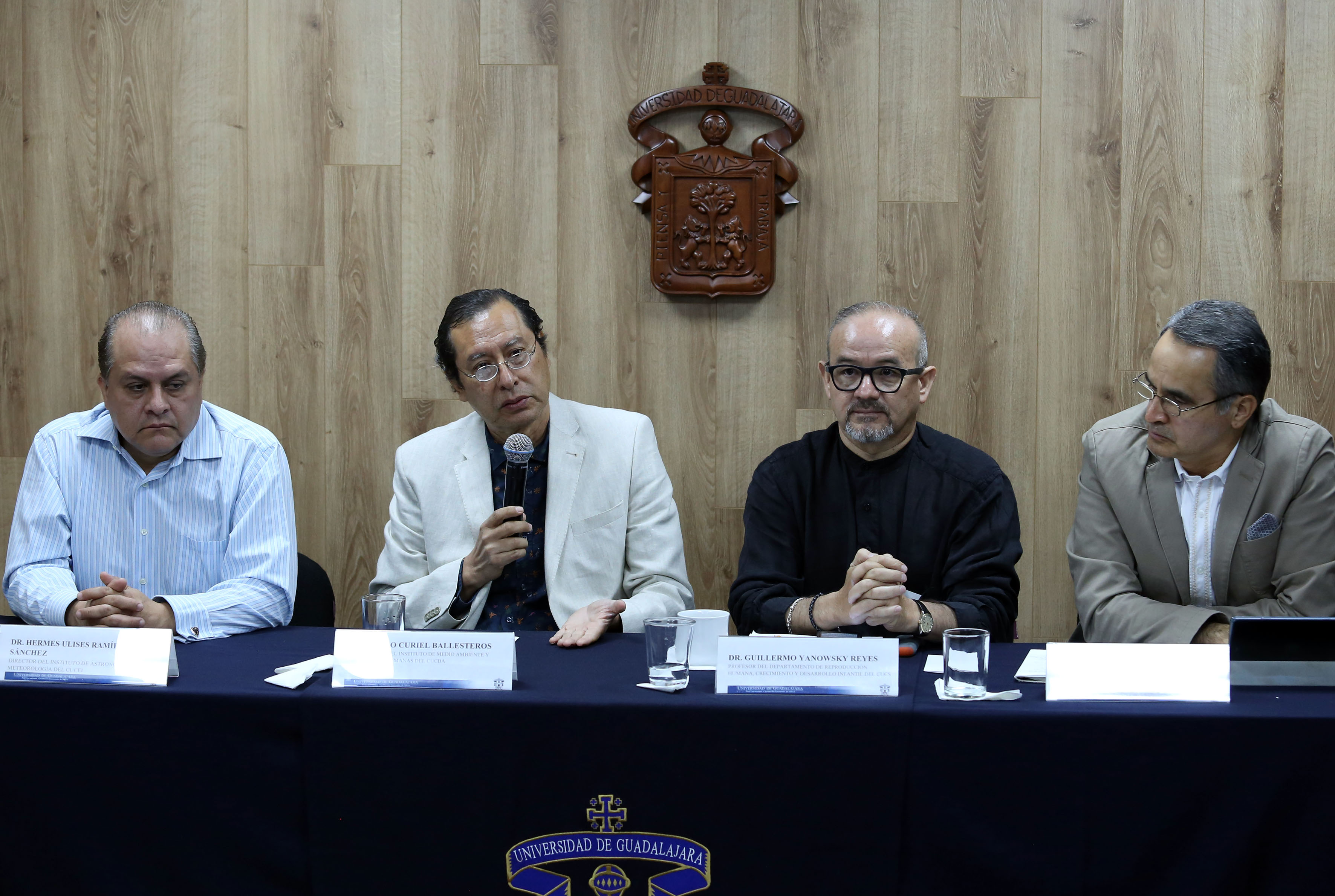 Dr. Arturo Curiel al micrófono en rueda de prensa