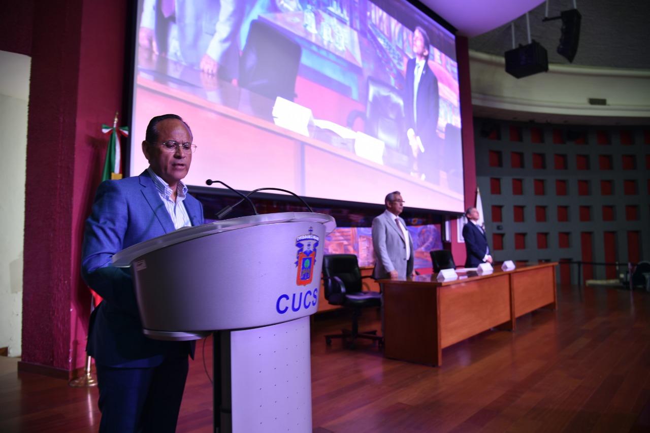 Director División Disciplinas Clínicas al micrófono inaugurando el Simposio