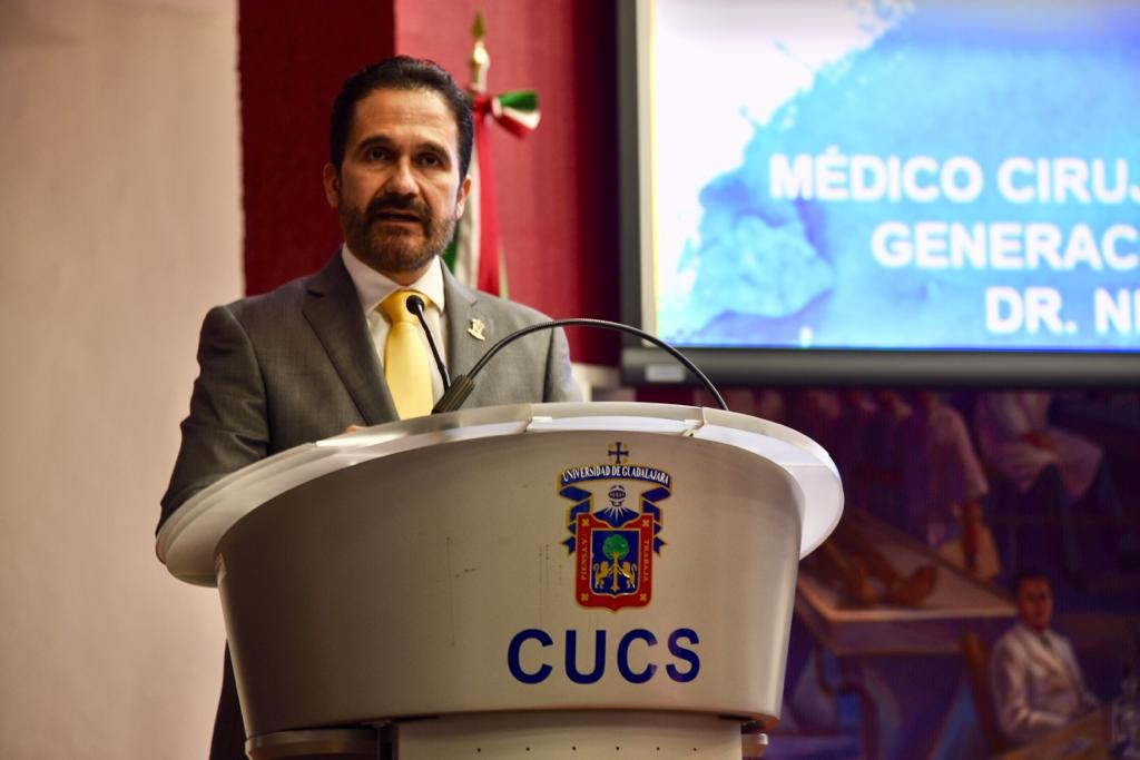 Sub director del nuevo Hospital Civil dando mensaje a médicos internos de pregrado