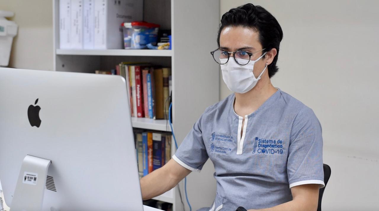 Personal tras la computadora para el registro de resultados