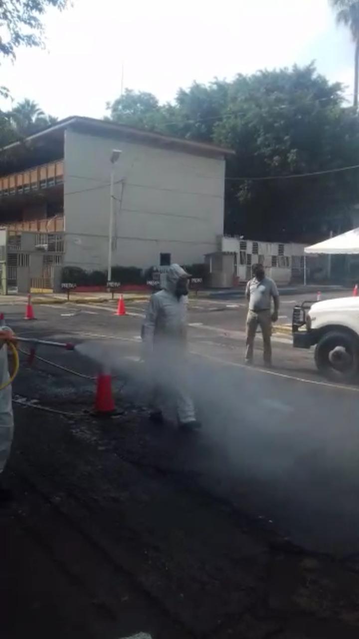 En primer plano la nebulización que arrojan las máquinas utilizadas por personal de Protección Civil