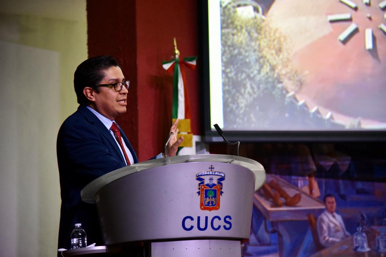 Rector del CUCS en presídium dirigiendo mensaje