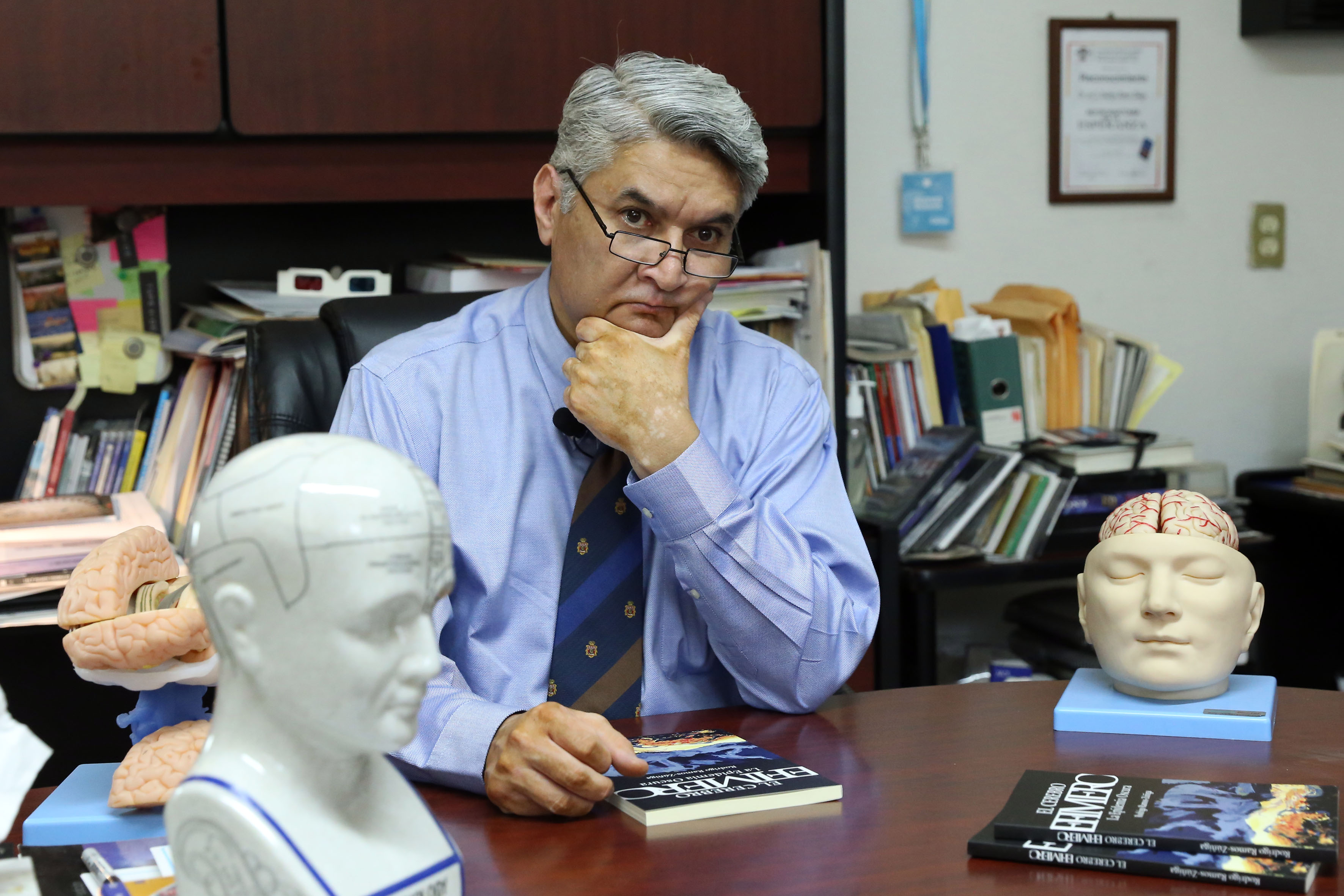 Dr. Rodrigo Ramos en actitud pensativa