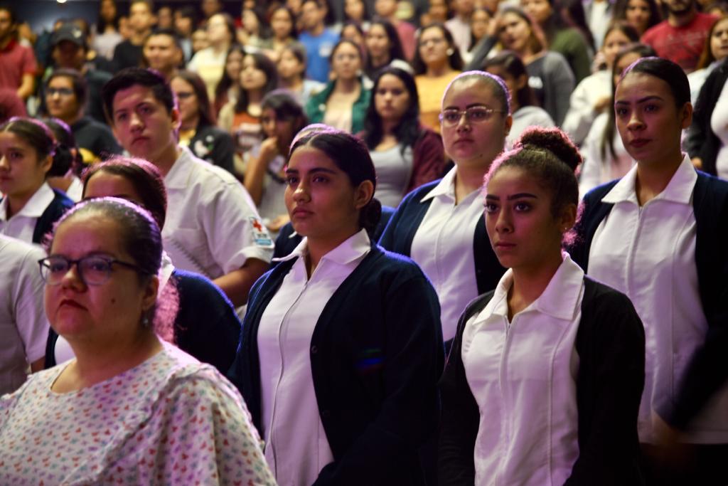 Enfermeras de pie durante el acto inaugural
