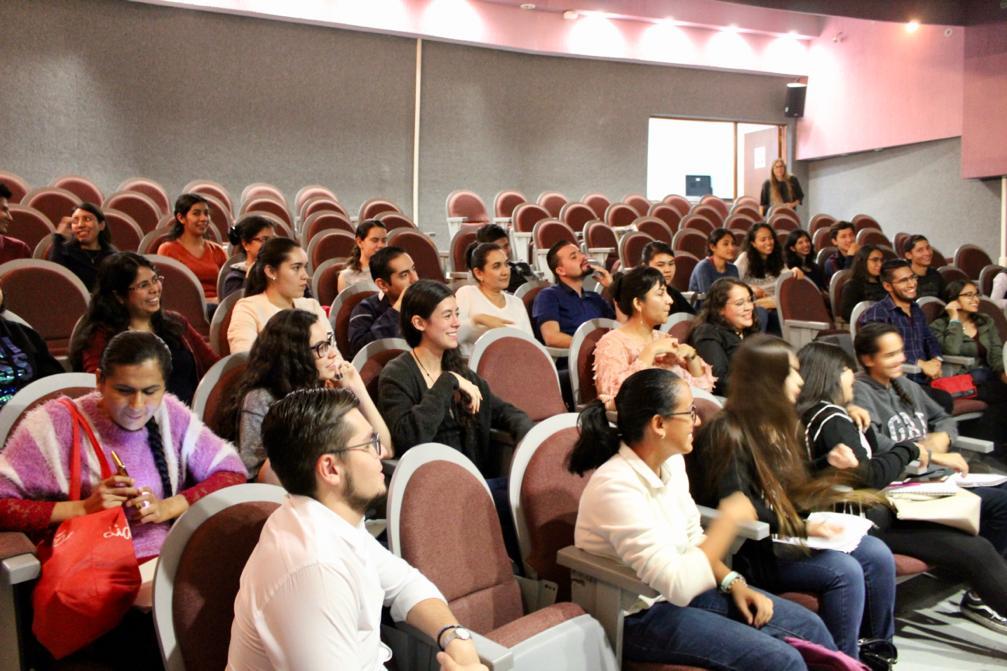 Alumnos atentos a las señas que hace el profesor