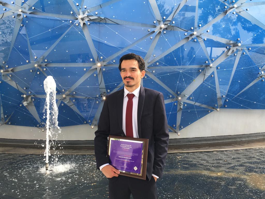 Alejandro Escobedo Ávila, exhibiendo su reconocimiento