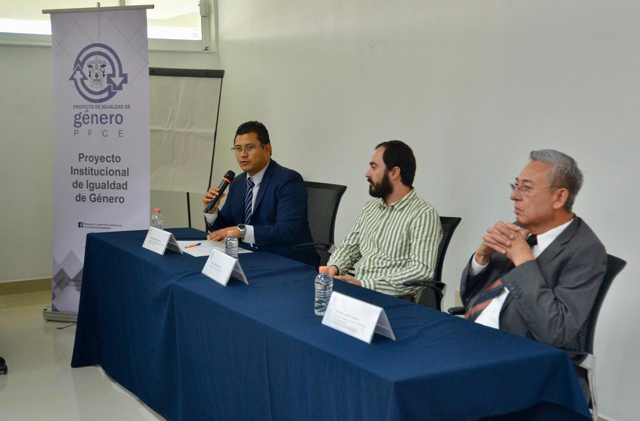 Miembros del presídium. Al micrófono el Mtro. Carlos Roberto Moya Jiménez