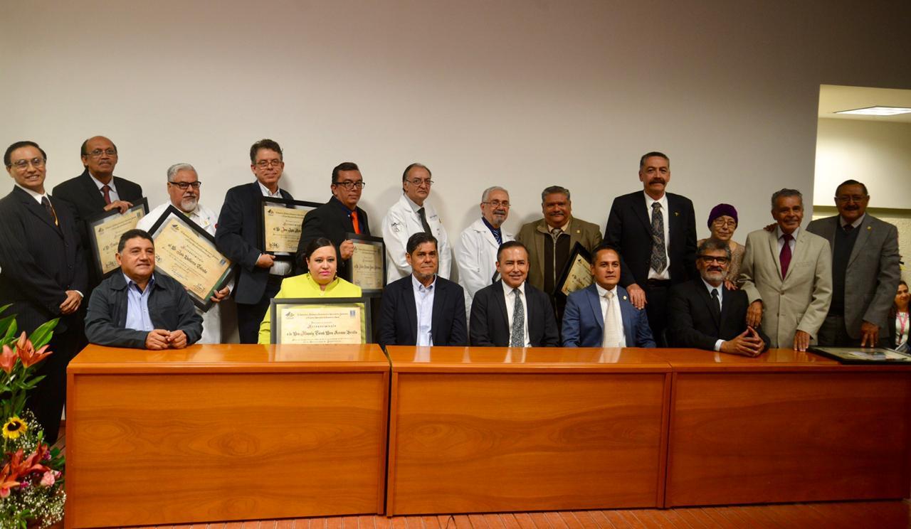 Médicos homenajeados en foto grupal junto con las autoridades del CUCS