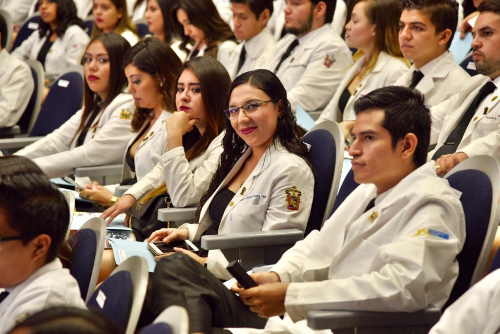 Médicos Internos de Pregrado del nuevo Hospital Civil en el auditorio