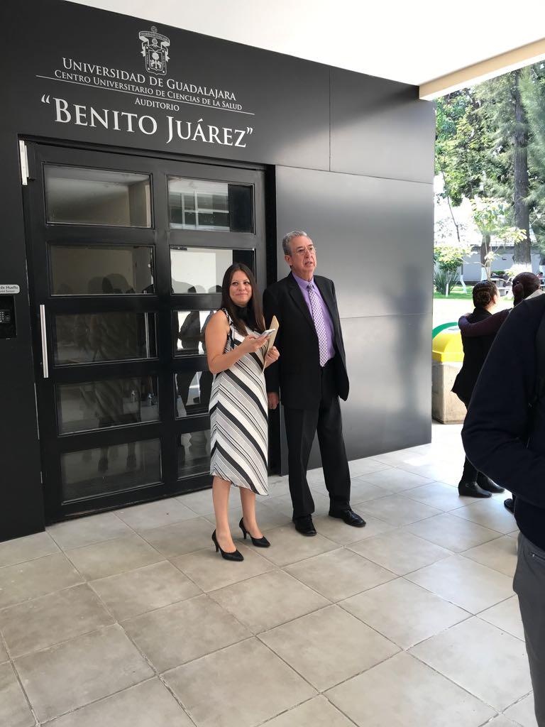 Dr Rogelio Zambrano y Mtra Fabiola Macías afuera del Auditorio Benito Juárez