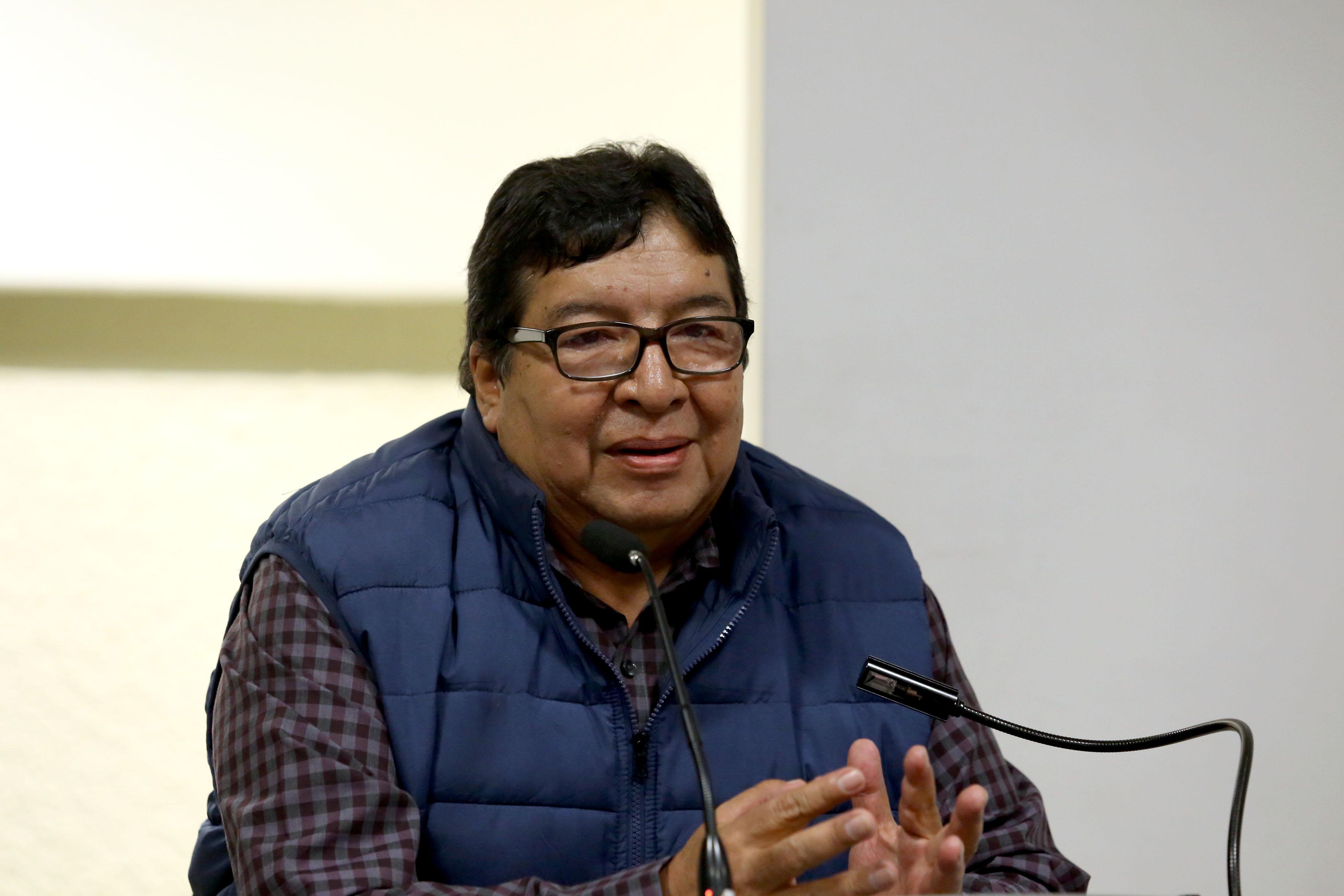 Doctor Guillermo Alonso Cervantes Cardona, al micr´fono en el podio
