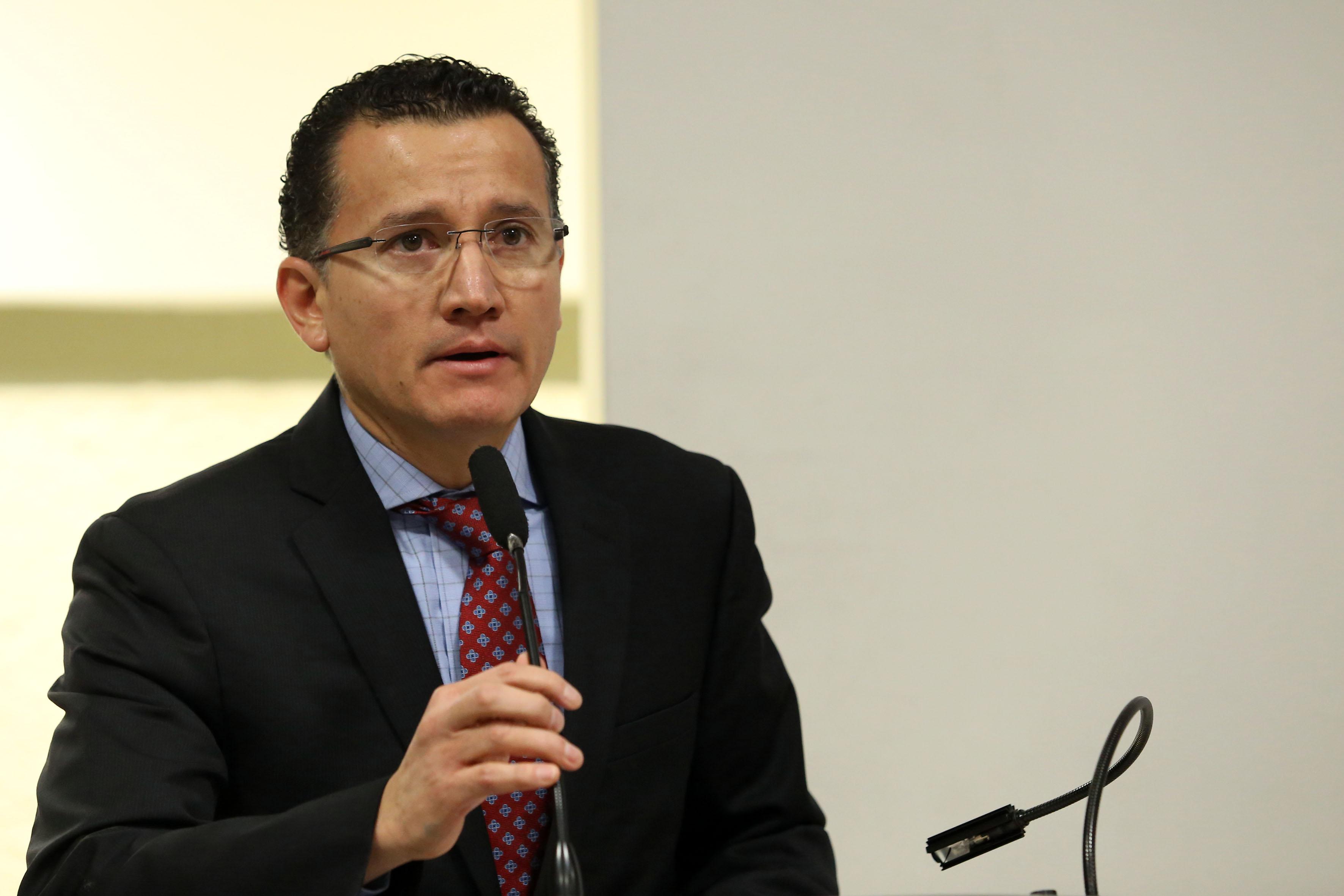 Dr. Eduardo Gómez, al micrófono en el podio