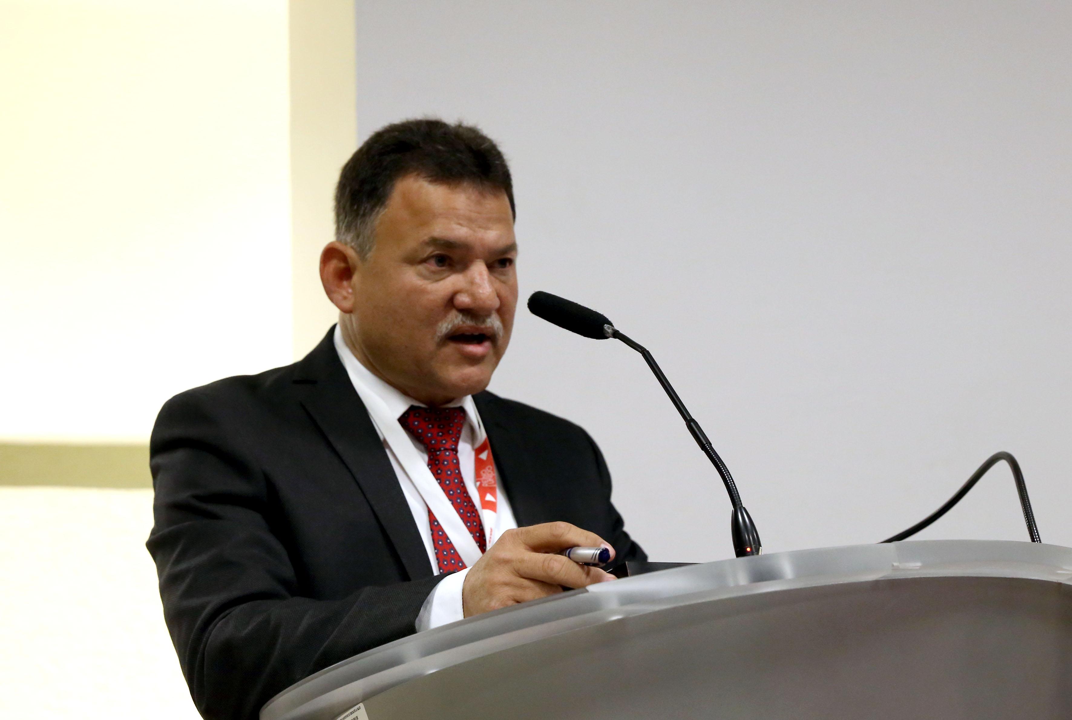 Presidente de la red, doctor Mario Carranza Aguilar al micrófono en el podio