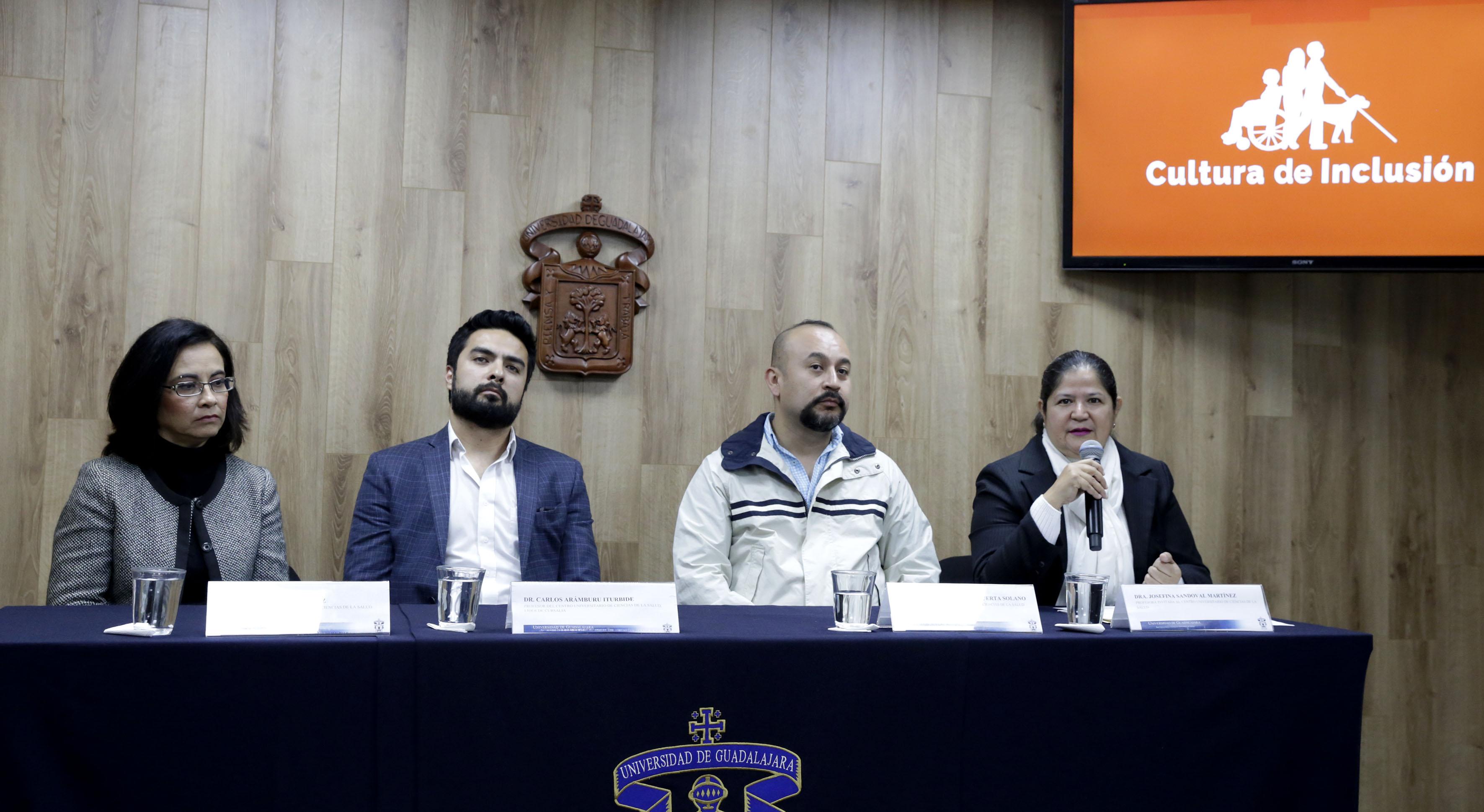 Dra. Josefina Sandoval Martínez al micrófono en rueda de prensa y miembros del presídium