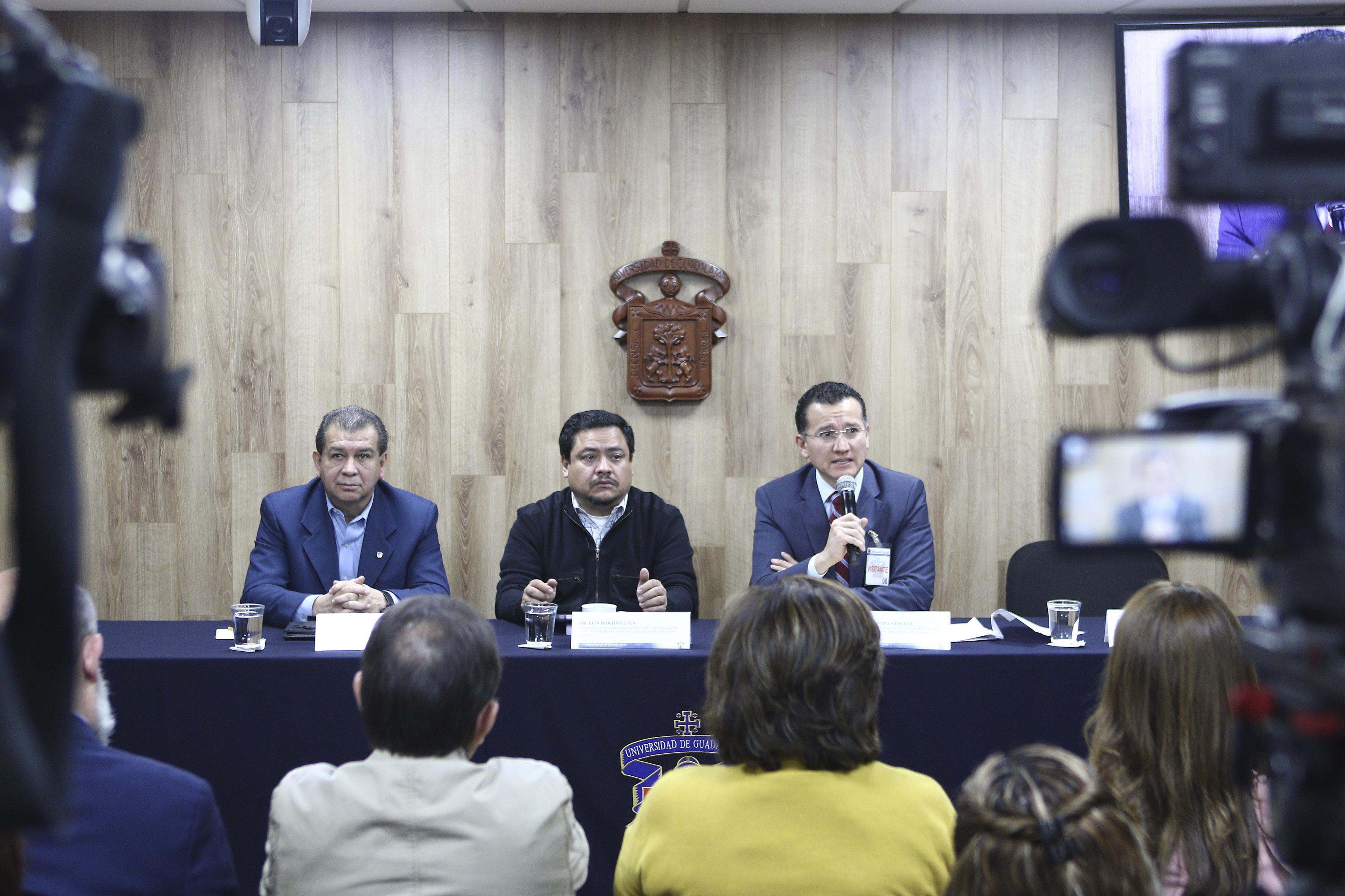 Dr. Eduardo Gómez al micrófono en rueda de prensa
