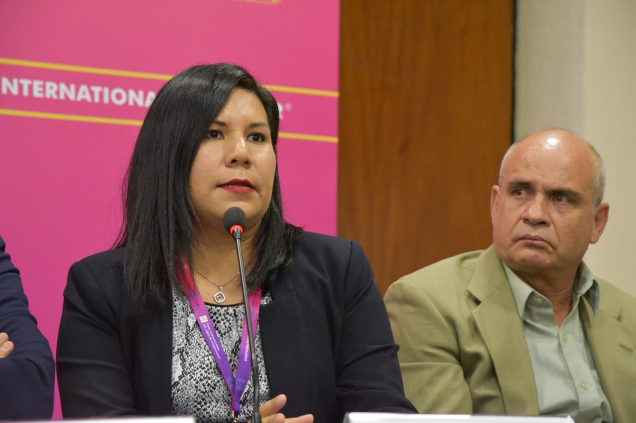 Dra. Sandra López Verdín comentando su libro