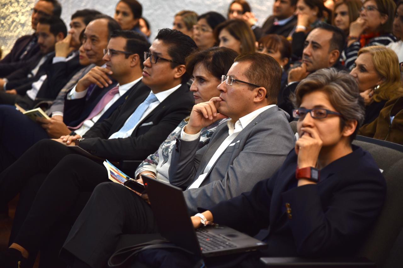 Autoridades del CUCS atentos a la conferencia