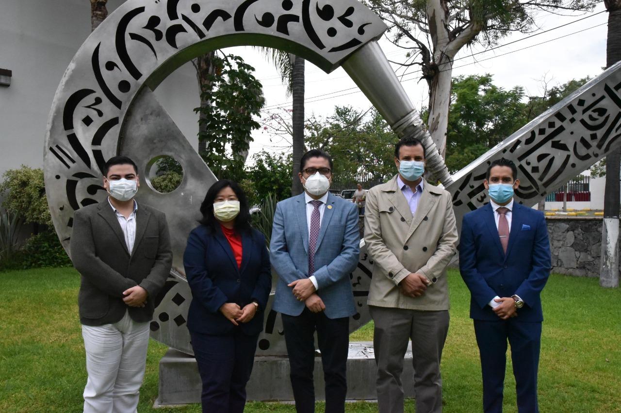 Autoridades universitarias posan para la foto en jardín de Rectoria junto con nuevos funcionarios del CUCS