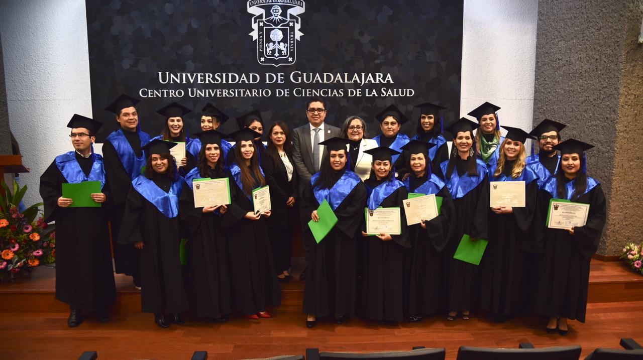 Foto grupal con alumnos graduados, autoridades y docentes de la maestría